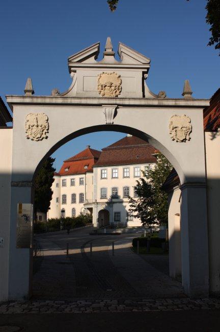 Laupheim Schlosstor mit Schloss (heutige Ansicht)