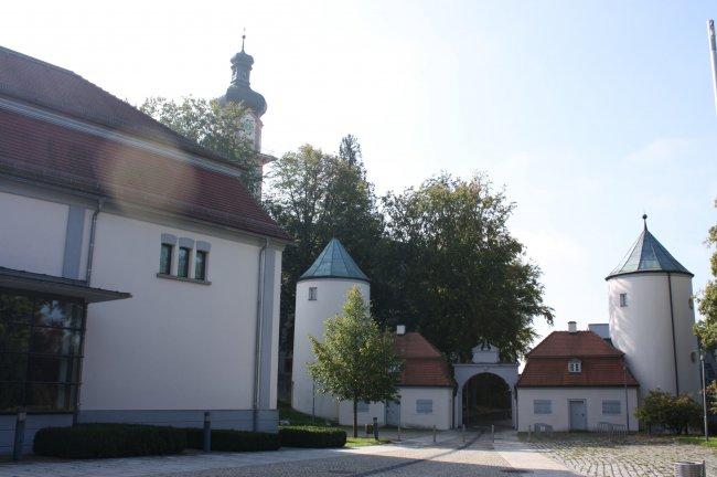 Laupheim Stadtpfarrkirche mit Schlossportal (heutige Ansicht)
