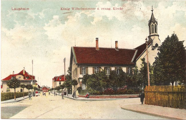 Laupheim König Wilhelmstrasse u. evang. Kirche (Vorderseite der Ansichtskarte)