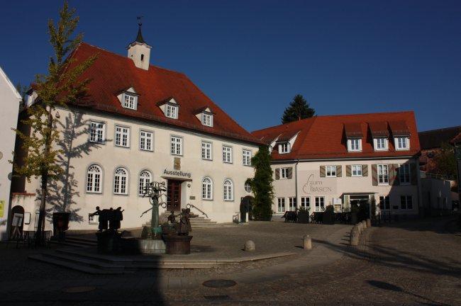 Laupheim, Oberer Marktplatz mit Markthalle ( Landwirtschaftsschule) (heutige Ansicht)