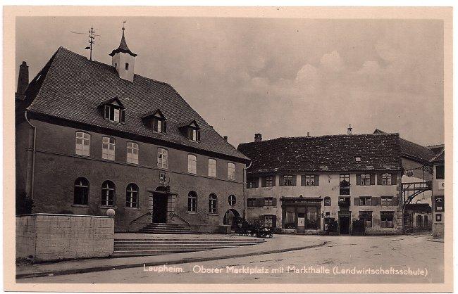 Laupheim, Oberer Marktplatz mit Markthalle ( Landwirtschaftsschule) (Vorderseite der Ansichtskarte)